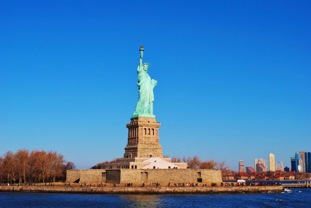 Cesta trajektem na Staten Island a pohled na mrakodrapy a sochu Svobody