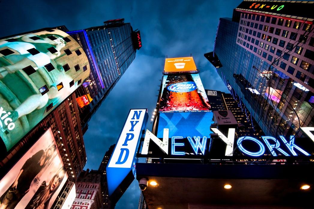 Červené schody na rušném náměstí Times Square jsou populární mezi všemi turisty